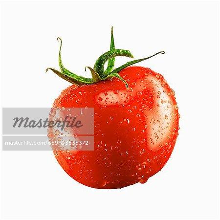Une tomate avec gouttes d'eau