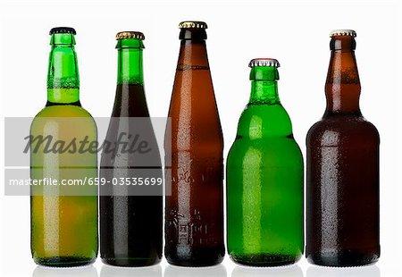 Verschiedene Arten von Bier in Flaschen stehend in einer Zeile