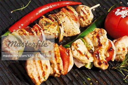 Brochettes de viande et de légumes sur la grille du barbecue