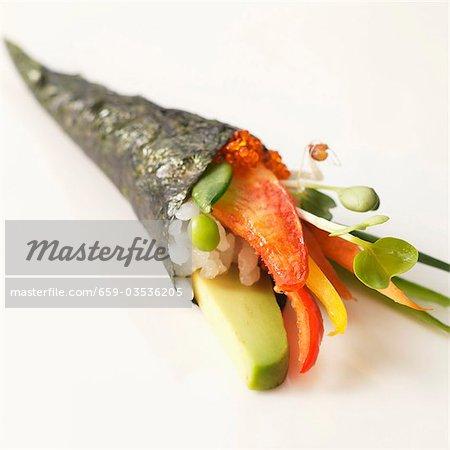 Cône de sushi avec homard, avocat et saumon Roe