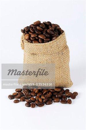 Kaffeebohnen in einen kleinen sack