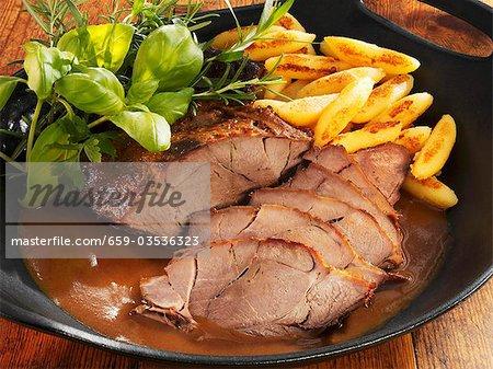Sanglier rôti avec quenelles de pommes de terre et fines herbes