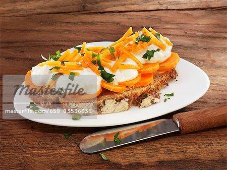 Quark und Karotten auf Brot