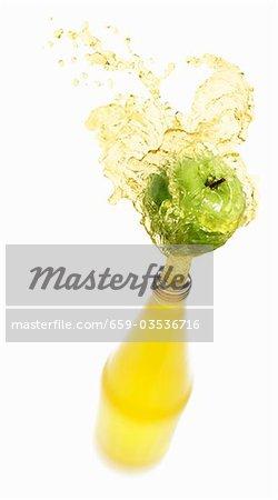 Spritzwasser aus Flasche Apfelsaft