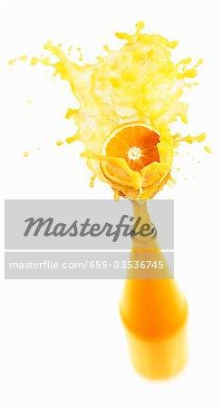 Spritzwasser aus Flasche Orangensaft