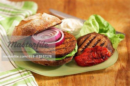 Burger au tofu sur pain aux raisins grillé champignons Portobello et poivrons rouges grillés