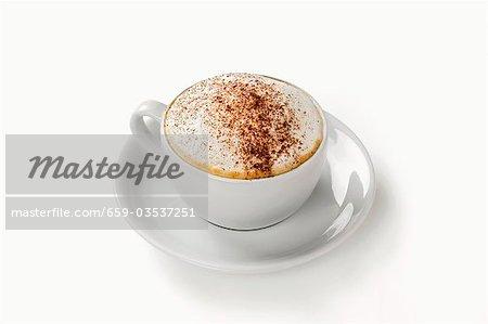 Cappuccino dans la tasse et soucoupe
