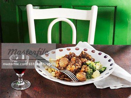 Ragoût de boeuf avec des châtaignes et du vin de port