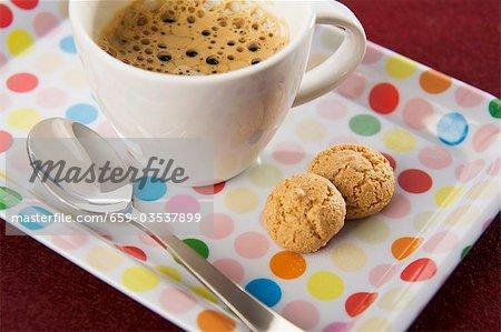 Espresso und Amaretti auf Gefleckte Tablett