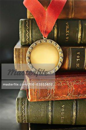 Nahaufnahme der Goldenen Medaille mit Leder gebundenen Büchern