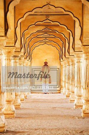 Mann stand in einem Fort, Amber Fort, Jaipur, Rajasthan, Indien
