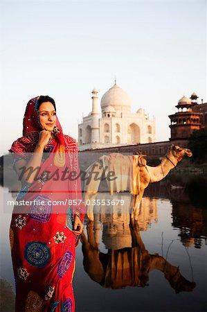 Femme debout avec le mausolée de l'arrière-plan, Taj Mahal, Agra, Uttar Pradesh, Inde