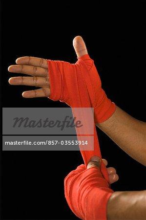 Mâle boxer bandage de crêpe d'emballage sur la main