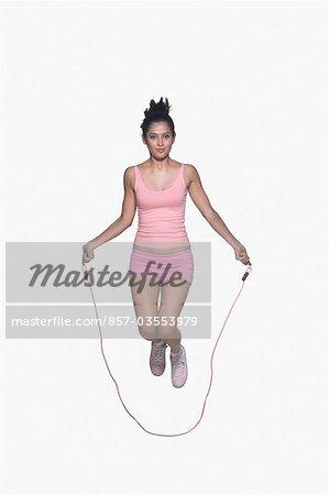 Portrait d'une jeune femme corde à sauter
