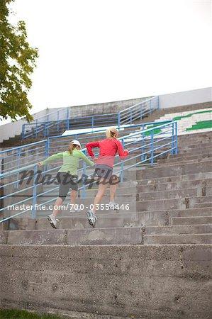 Femmes en cours d'exécution des étapes, Green Lake Park, Seattle, Washington, USA