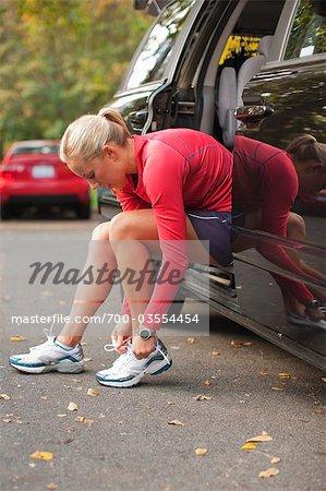 Femme laçage de chaussures, Green Lake Park, Seattle, Washington, USA