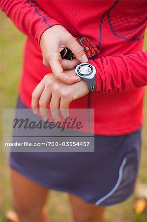 Femme, réglage de la minuterie veille, Seattle, Washington, USA