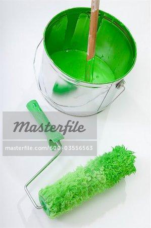 Pot de peinture et de rouleau de peinture vert