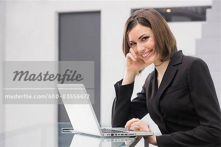 Geschäftsfrau, die mit Laptop
