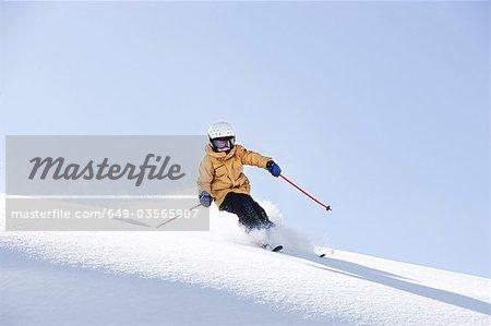Jeune garçon skier dans la poudreuse