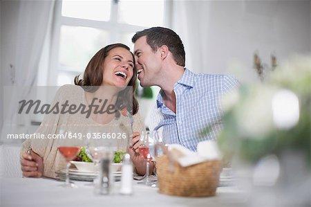 Paar lachen