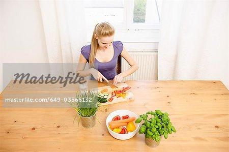 Jeune femme au foyer préparation alimentaire