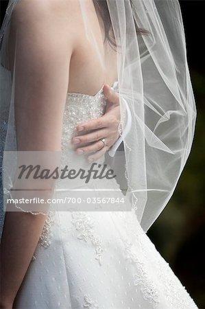 Nahaufnahme des Bräutigams Hand auf Rücken der Braut