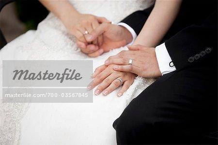 Nahaufnahme von Braut und Bräutigam Hand in Hand