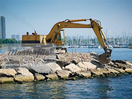 Excavatrice Moving rochers à Amos Waites Park, Etobicoke Yacht Club dans le fond, près de la plage Mimico, Etobicoke, Ontario, Canada