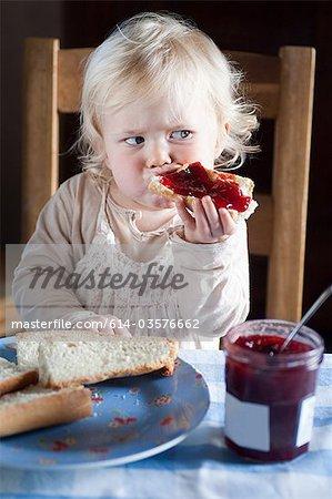 Frau Kleinkind Essen Brot und Marmelade