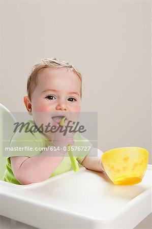 Baby boy avec un bol de bouillie