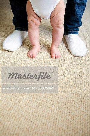 Bébé et jambes adultes