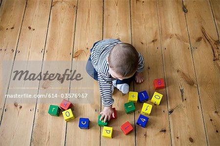 Petit garçon jouant avec des blocs de construction