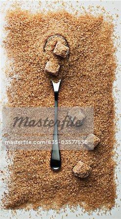 Cuillère en tas de sucre turbiné