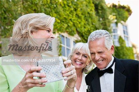 Altes Paar gut gekleidet und Frau lachen