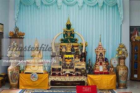 Autel avec Bouddha en Jade vert à Wat Luang, Ubon Ratchatani, Thailand
