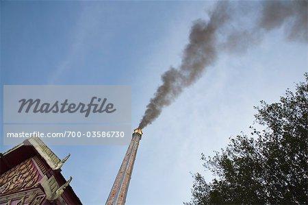 La fumée des cheminées crématorium à crémation bouddhiste au Wat Dampra, Ubon Ratchatani, Thailand