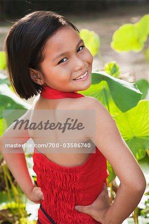 Jeune fille portait une robe rouge