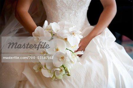 Braut hält blumenstrauss
