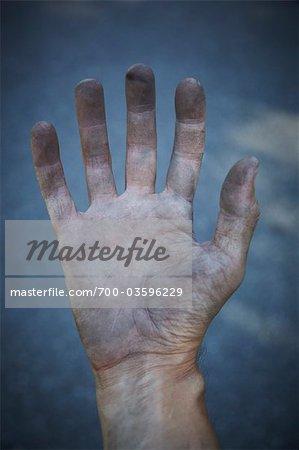 Main sale de homme