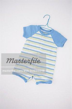 Vêtements de bébé en suspension