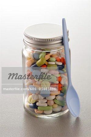 Bocal plein de médicaments assortis