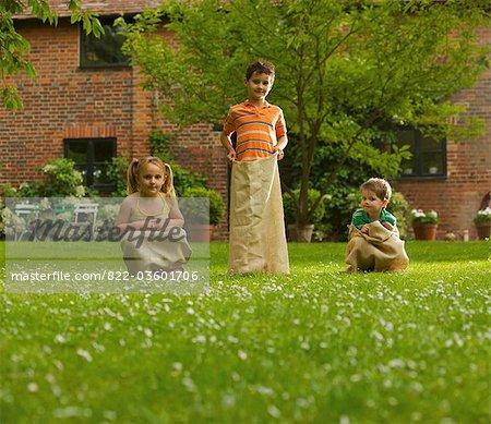Enfants se préparent pour la course de sac de pommes de terre