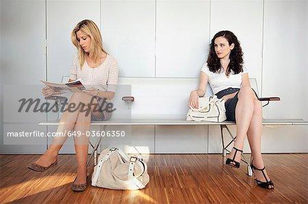 Deux jeunes filles dans la salle d'attente
