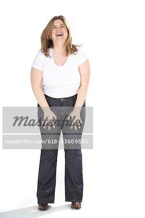Heureuse femme obèse sur fond blanc