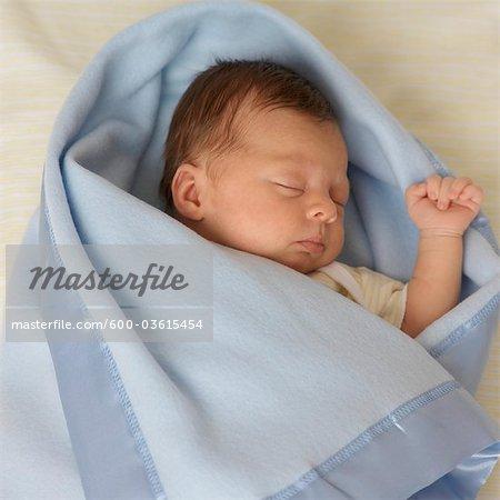 Couchage fille nouveau-né enveloppée dans une couverture