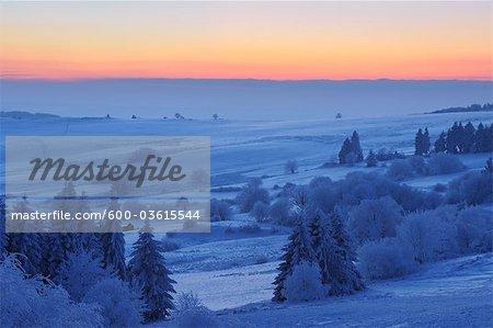 Couverte de neige paysage au coucher du soleil, Wasserkuppe, montagnes Rhon, Hesse, Allemagne