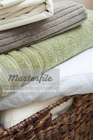 panier avec draps et serviettes pliées