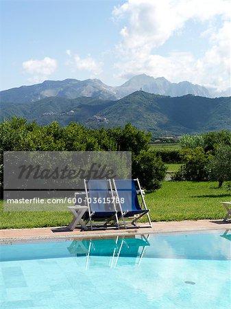 piscine ; montagnes ; chaises de piscine