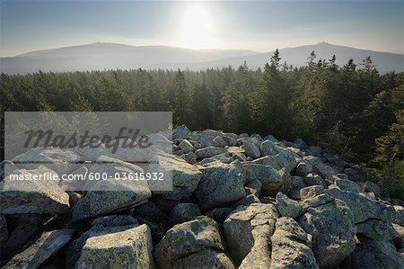 Brocken et montagnes Wurmberg vue depuis le sommet de Achtermann, Parc National du Harz, Basse-Saxe, Allemagne